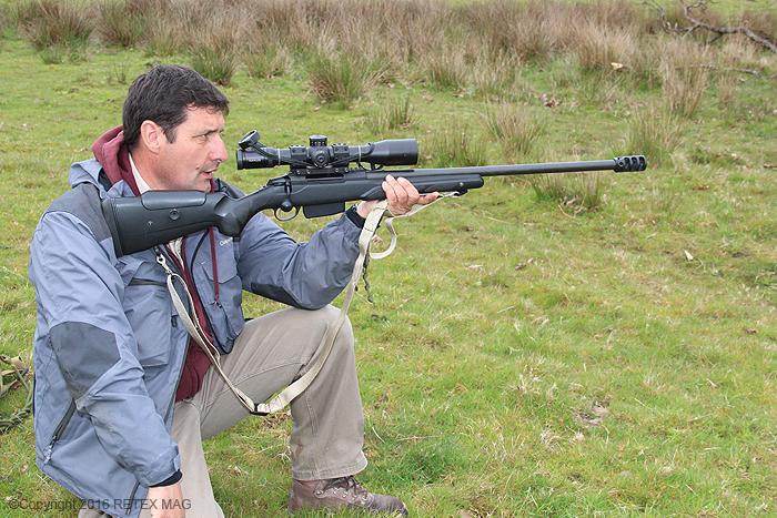 Tikka T 3, position adaptée, tir longue distance, sangle Impacts, kahlès, rocher, prise en main , fondamentaux en tir, K 312 II, utilisation de la sangle de carabine, technique de tir à la sangle, transport de l'arme avec une sangle, port de l'arme avec une sangle, carabine, position de tir à genou